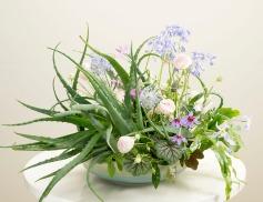 花職向上委員会『基本セオリーがわかる 花のデザイン』P136の作品
