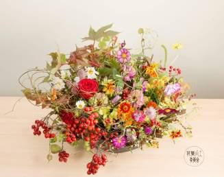 花職向上委員会カレンダー並びに『基本セオリーがわかる 花のデザイン』P74の作品